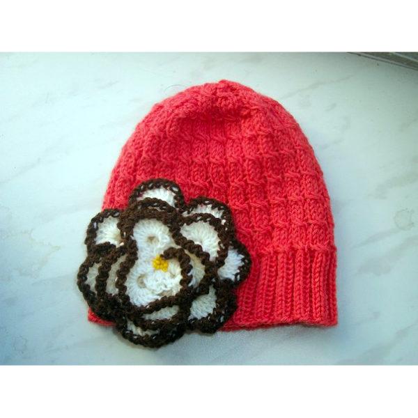 Вязаная шапочка кораллового цвета