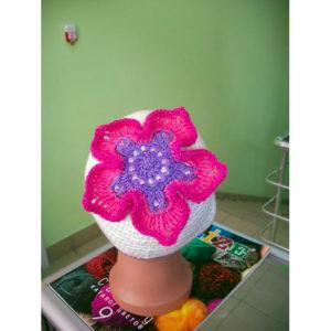 Вязаная шапочка с цветком на макушке