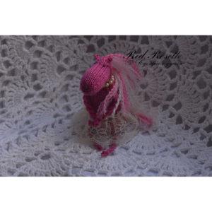 Розовая вязаная лошадка