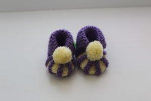 Фиолетовые пинетки с белыми помпонами