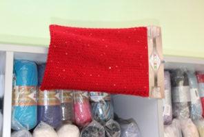 Красный вязаный шарф с блёстками